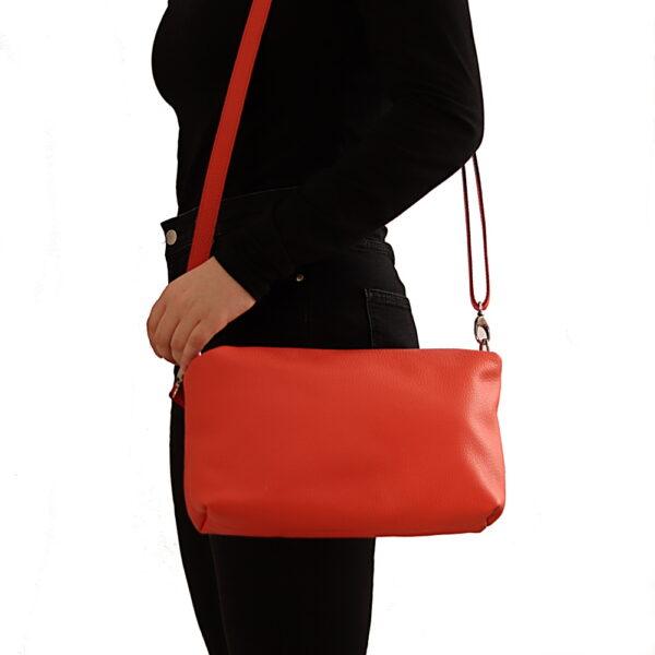 Kozena cervena kabelka pres rameno.